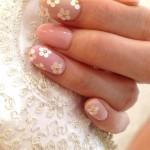 Giovanile nail art da sposa con fiorellini Foto