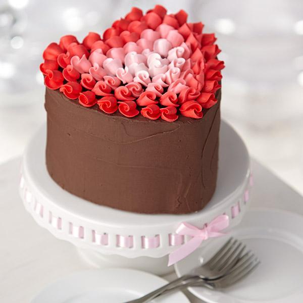 La torta al cioccolato a forma di cuore con le roselline Ricetta