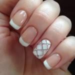 Manicure da sposa con french bianco e anulare decorato