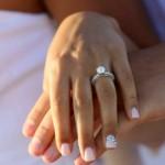 Semplice Nail art da sposa con anulare impreziosito da strass