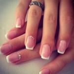 Semplice ed elegante Nail Art da matrimonio per la sposa