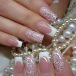 Sofisticata Nail Art da sposa con french bianco e decori