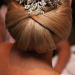 Sofisticata acconciatura da sposa raccolta con capelli lisci