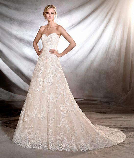 Abito da sposa in pizzo con scollo a cuore Pronovias 2017 modello Onia 79a21d6ba07