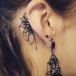 Piccolo tatuaggio Mandala dietro orecchio