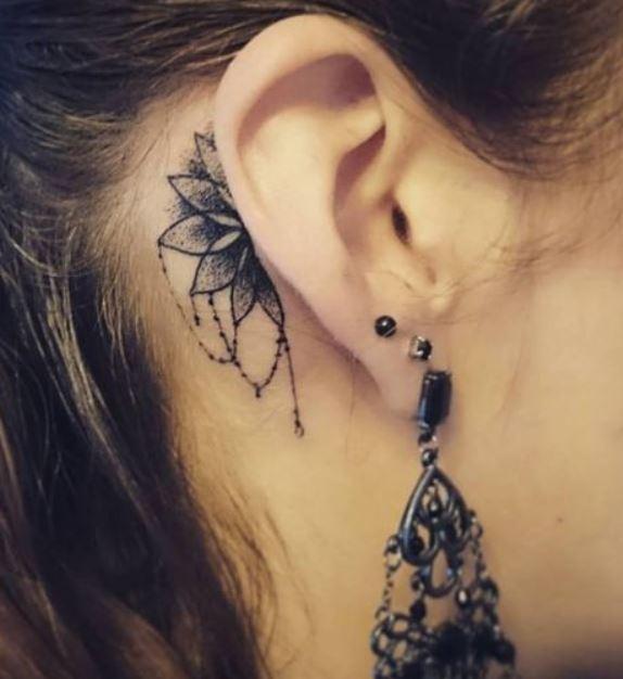 piccolo-tatuaggio-mandala-dietro-orecchio