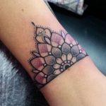 Tatuaggio Bracciale mezzo Mandala colorato sul polso