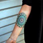 Tatuaggio Mandala colorato interno braccio