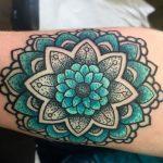 Tatuaggio Mandala colorato sul braccio