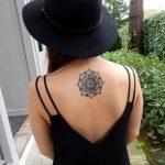 Tatuaggio Mandala femminile sulla schiena