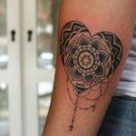 Tatuaggio Mandala racchiuso in un cuore
