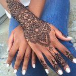 Tatuaggio Mandala sul polso e sulla mano