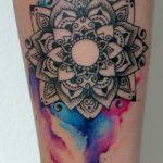 Tatuaggio mandala bianco nero e a colori