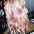 Capelli lunghi biondi con sfumature rosa