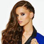 Acconciatura capelli lunghi semi raccolta con treccia laterale