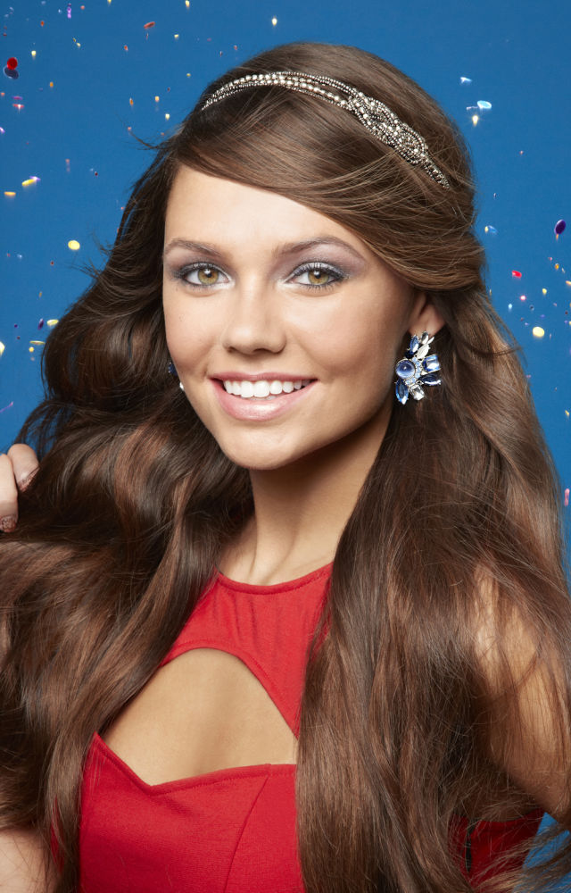 Acconciatura con capelli sciolti e fascia con strass