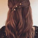Facile acconciatura semi raccolta con capelli lunghi per Capodanno