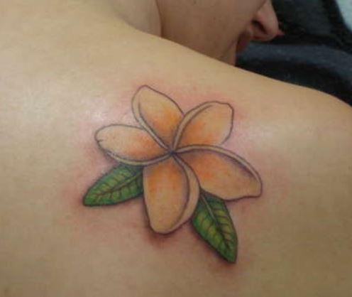 Fiore di frangipane tatuato sulla spalla simbolo felicita