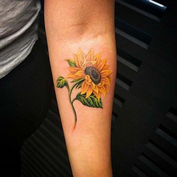 Immagine tatuaggio girasole con significato gioia e felicita