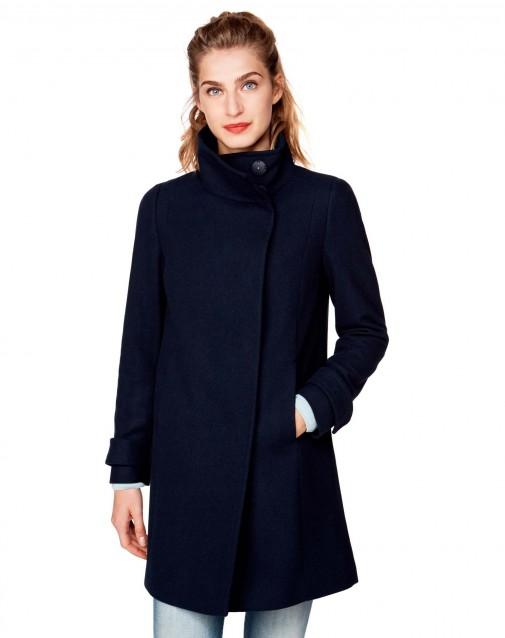 a8780b0fa85f7 Cappotto corto oversize con maniche a 3 4 nei colori nero e cammello. Il  suo costo è di 129 euro.