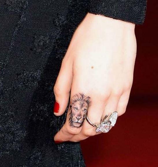 Tatuaggio piccolo Leone sul dito della mano - Lei Trendy