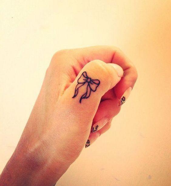Piccoli Tatuaggi sulle dita della mano: 25 Immagini