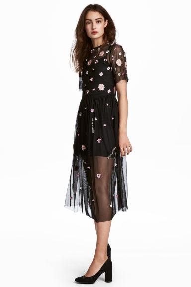 f6382dc0370d Delizioso abito in tulle a maniche corte con ricami floreali e scritte in  paillettes
