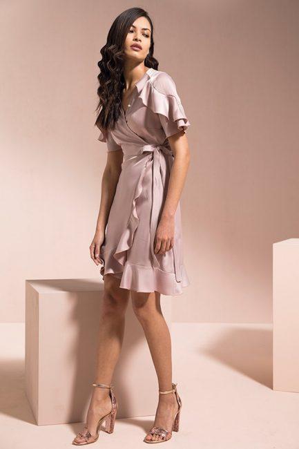 ... Rinascimento abbigliamento catalogo 2019. Iperfemminile abito effetto  due pezzi con il corpino in pizzo con la chiusura a goccia sulla schiena e  la ... 6785ce38e09