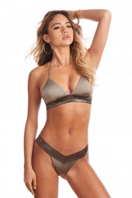 f82340f9a9ff Costume da bagno Bikini Lovers modello Nina, impreziosito da pizzo nero, con  reggiseno a triangolo con coppe imbottite estraibili e slip con laccetti,  ...