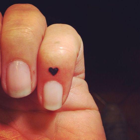 Piccolo cuore ripieno tatuato sul dito - Lei Trendy