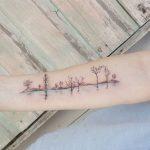 Originale tatuaggio con elettrocardiogramma battito del cuore con alberi