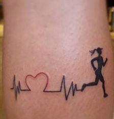 Tatuaggio ECG linea battito cardiaco per chi ha la passione della corsa