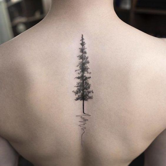 Tatuaggio elettrocardiogramma con albero sulla schiena