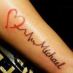 Tatuaggio elettrocardiogramma con nome e cuorejpg