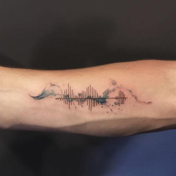 Tatuaggio elettrocardiogramma con onde del mare