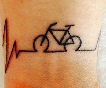 Tatuaggio linea battito cardiaco per chi ha la passione della bici