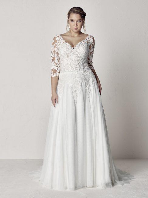 3da0ba035477 Qui di seguito potete scoprire il resto dei 22 modelli di abiti da sposa  taglie forti del catalogo Pronovias Plus 2019.