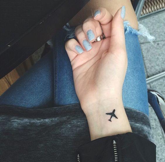 Foto piccolo tatuaggio aereo interno polso