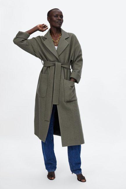 Cappotto lungo a vestaglia con cintura in vita (159 euro) per chi  preferisce vi è anche la versione corta sopra il ginocchio (129 euro). 8b302932344