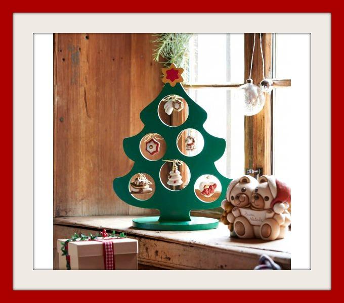 Albero di Natale 2018 Thun in legno con addobbi in ceramica