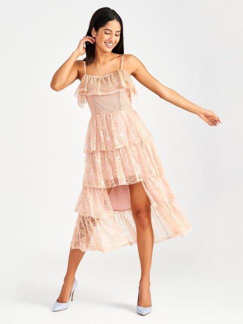 Romantico abito in pizzo rosa con balze Rinascimento estate 2019