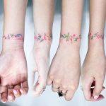 Tatuaggio femminile bracciale di fiori