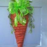 Idea ghirlanda pasquale a forma di carota da appendere alla porta