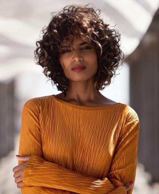 Taglio capelli ricci donna 2019 by Kin Cosmetics