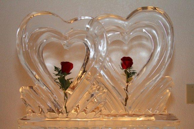 Sculture di ghiaccio a forma di cuori per un matrimonio