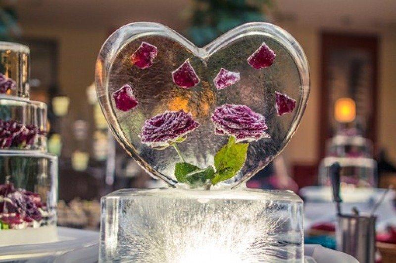 Sculture di ghiaccio con fiori per un matrimonio