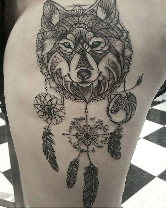 Tatuaggio sulla coscia Acchiappasogni con lupo