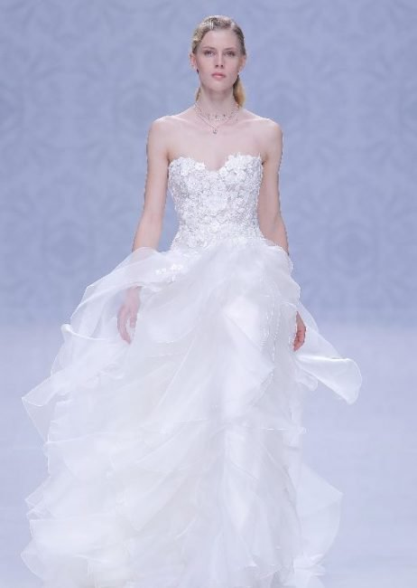 Abito da sposa con gonna a balze e top in pizzo Pignatelli 2020