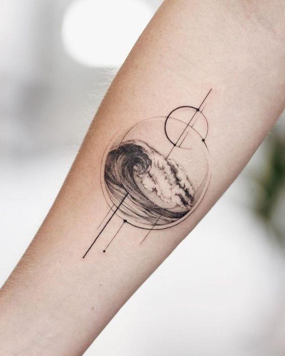 Foto tatuaggio onda del mare racchiusa in un cerchio
