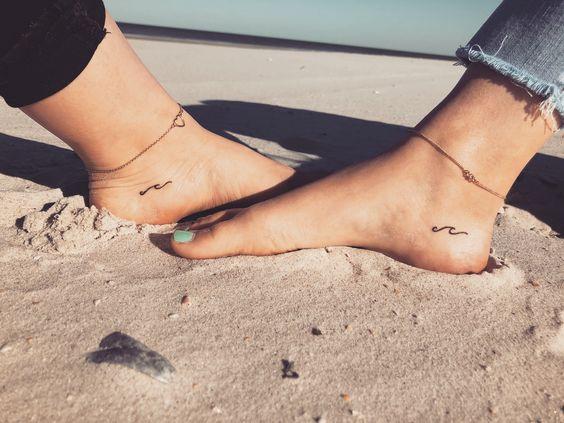 Piccoli tatuaggi con onde di coppia